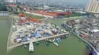 Saat ini ada sekitar 200 bangunan liar telah didirikan dan ditempati oleh 400 penduduk di kawasan Pasar Ikan. (Liputan 6 SCTV)