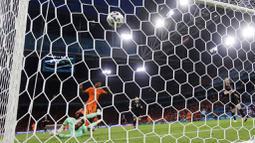 Memphis Depay membawa Belanda unggul 1-0 lewat eksekusi penalti pada menit ke-11, sebelum Denzel Dumfries menggandakan keunggulan lewat golnya pada menit ke-67. (AP/Peter Dejong)