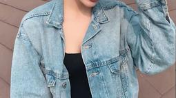 Dikenal sebagai sosok yang cantik, muda dan supel, aktris berdarah Jerman-Indonesia ini meamng selalu tuai pujian. Padahal dirinya hanya menggunakan denim dan aksesoris kacamata hitam.(Liputan6.com/IG/@steffizamoraaa)