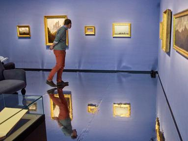 Seorang pria mengunjungi pameran memperingati 250 tahun kelahiran komposer dan pianis Ludwig van Beethoven di Kunsthistorisches Museum di Wina, Austria, pada 1 Oktober 2020. (Xinhua/Georges Schneider)