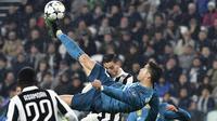 Bintang Real Madrid, Cristiano Ronaldo, saat melawan Juventus pada laga Liga Champions di Stadion Allianz, Turin, Rabu (3/4/2018). CR 7 mengakhiri kebersamaan sembilan tahun bersama Madrid untuk hijrah ke Juventus. (AFP/Alberto Pizzoli)