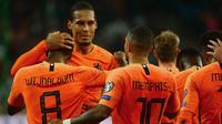 Para pemain Belanda merayakan gol yang dicetak Georginio Wijnaldum ke gawang Jerman pada laga Kualifikasi Piala Dunia 2022 di Hamburg, Jumat (6/9). Jerman kalah 2-4 dari Belanda. (AFP/Patrik Stollarz)
