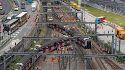Regu penyelamat berada di lokasi tergelincirnya kereta metro atau Mass Transit Railway (MTR) di Stasiun Hung Hom, Hong Kong, Selasa (17/9/2019). Beberapa penumpang dilaporkan mengalami luka-luka dalam insiden yang penyebabnya masih dalam penyelidikan tersebut . (AP Photo/Kin Cheung)