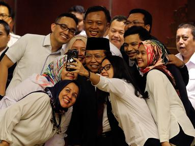 Wakil Ketua DPD terpilih Akhmad Muqowam berswafoto dengan staf DPD usai mengucap sumpah jabatan saat dilantik pada Rapat Paripurna DPD, Jakarta, Kamis (26/7). Akhmad Muqowam terpilih melalui voting dengan mendapat 30 suara. (Liputan6.com/Johan Tallo)