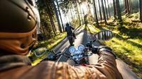 Dibanding mobil, motor membuat kamu lebih menyatu dengan alam. (shutterstock).