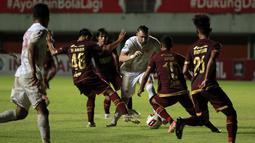 Striker Persija Jakarta, Marko Simic (tengah) berusaha melewati penjagaan sejumlah pemain PSM Makassar dalam laga leg pertama semifinal Piala Menpora 2021 di Stadion Maguwoharjo, Sleman, Kamis (15/4/2021). (Bola.com/Ikhwan Yanuar)