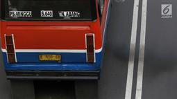 Asap knalpot dari angkutan umum yang meintas di Jalan Jenderal Sudirman, Jakarta, Selasa (12/3). Rata-rata harian kualitas udara di Jakarta dengan indikator PM 2.5 pada 2018 adalah 45,3 mikrogram per meter kubik udara. (Liputan6.com/Helmi Fithriansyah)