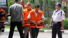 Dua tersangka Bupati Bener Meriah nonaktif Ahmadi (kiri) dan Kadis PUPR Lampung Selatan Anjas Asmara (kanan) turun dari mobil tahanan akan menjalani pemeriksaan di gedung KPK, Jakarta, Jumat (10/8).(merdeka.com/dwi narwoko)