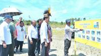 Presiden Joko Widodo meninjau pembangunan jalan di wilayah Desa Kenyam, Kabupaten Nduga, Provinsi Papua.