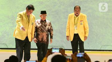 Ketua Umum DPP Golkar terpilih Airlangga Hartarto (kiri), Wakil Presiden Ma'ruf Amin (tengah) dan Ketua Penyelenggara Munas Golkar Melchias Markus Mekeng saat penutupan Munas X Partai Golkar di Jakarta, Kamis (5/12/2019). (Liputan6.com/Johan Tallo)