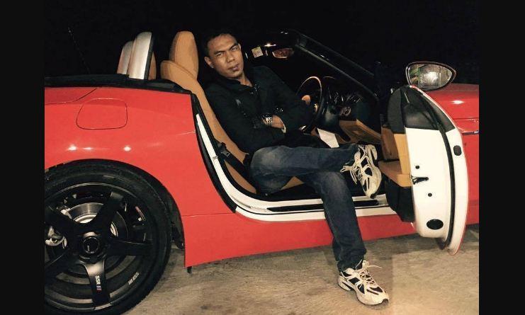 Pemilik PT SBL, Aom Juang Wibowo, berpose dengan mobil sport mewah. (Facebook Aom Juang)