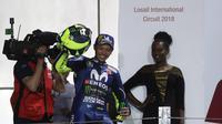 Pebalap Movistar Yamaha, Valentino Rossi berhasil finish ketiga pada MotoGP Qatar di Sirkuit Losail, Doha, Minggu (18/3/2018). Dirinya terpaut 0,797 detik dari Andrea Dovizioso dengan catatan waktu 42 menit 34,654 detik. (AFP/Karim Jaafar)