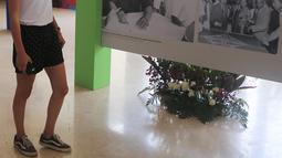 Turis asing melihat koleksi sejarah Asian Games 1962 dalam pameran di Museum Nasional, Jakarta, Minggu (19/8). Koleksi-koleksi foto, majalah, surat kabar dan benda-benda memorabilia dari Asian Games 1962 dipamerkan disini. (Liputan6.com/Herman Zakharia)