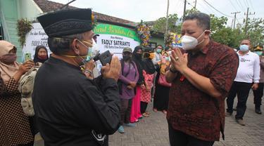 Pelaksana Tugas (Plt) Wali Kota Surabaya Whisnu Sakti Buana saat menyambut kedatangan jenazah  Fadly Satrianto yang menjadi korban Sriwijaya Air. (Dian Kurniawan/Liputan6.com)