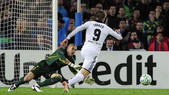 Striker Chelsea, Fernando Torres mencoba melewati kiper Barcelona, Victor Valdes, yang berujung gol pada semifinal Liga Champions 2011-2012. (UEFA).