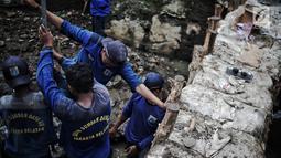 Petugas Suku Dinas SDA Jakarta Selatan membangun turap permanen di lokasi tanggul jebol di Kelurahan Jatipadang, Jakarta, Rabu (16/1). Sebuah tanggul di Kelurahan Jatipadang jebol karena meluapnya air Kali Pulo. (Liputan6.com/Faizal Fanani)