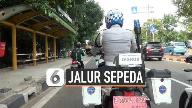 Razia jalur sepeda digelar Dishub dan polisi di Jalan Matraman dan Pramuka Jakarta Timur, petugas menilang beberapa motor dan mobil yang ,elewati jalur sepeda. Seorang pengemudi Ojek Online (ojol) melarikan diri kepergok melewati jalur sepeda.