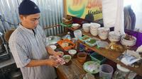 Mantan teroris, jack harun sedang sibuk meracik bumbu soto untuk dihidangkan kepada pembeli.(liputan6.com/Fajar Abrori)