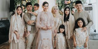 Syahnaz Sadiqah sebentar lagi akan melepas masa lajangnya. Sebelum hari pernikahannya, ia pun menggelar acara pengajian. Sebagai kakak iparnya, Nagita Slavina pun ikut di acara pengajian itu. (Foto: instagram.com/syahnazs)
