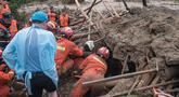 Tim penyelamat mengeluarkan wanita lansia dari tanah longsor di Yuanshan, sebuah desa di Kota Dahe, Provinsi Hubei, China (8/7/2020). Seorang wanita lansia berhasil diselamatkan beberapa jam setelah dirinya dan delapan orang lainnya terkubur akibat longsor yang dipicu hujan. (Xinhua/Xiao Yijiu)