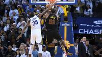 Forward Golden State Warriors, Kevin Durant, menghentikan bintang Cleveland Cavaliers LeBron James pada laga NBA di Oracle Arena, Senin (25/12/2017) atau Selasa (26/12/2017) WIB. (AFP/Thearon W Henderson)