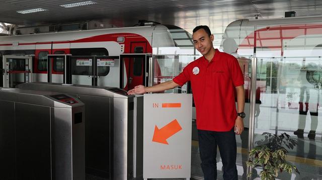 Karyawan PT. LRT Jakarta siap menyambut Anda
