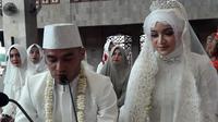 Pemain Barito Putera, Rizky Pora, melangsungkan pernikahan dengan Andhini Dwi Septiani di Banjarmasin, Jumat (27/4/2018). (Bola.com/Permana Kusumadijaya)