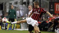 Aksi pemain AC Milan, Andrea Conti (kanan) menjangkau bola dar kejaran pemain Shkendija, Ivan Celikovic pada kualifikasi Europa League di San Siro Stadium, (17/8/2017). Milan menang 6-0. (AP/Antonio Calanni)