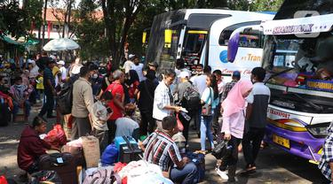 Calon penumpang menunggu jadwal keberangkatan bus di Terminal Tipe A Poris Plawad, Kota Tangerang, Banten, Jumat (21/5/2021). Terminal tersebut kembali beroperasi dan memberangkatkan bus antar kota antar provinsi (AKAP) setelah berakhirnya masa larangan mudik Lebaran. (Liputan6.com/Angga Yuniar)