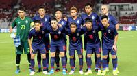 Pemain Thailand saat melawan Timnas Indonesia pada laga kualifikasi Piala Dunia 2022 di SUGBK, Jakarta, Selasa (10/9). Indonesia takluk 0-3 dari Thailand. (Bola.com/M Iqbal Ichsan)