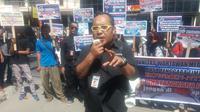 Aksi itu dilakukan sebagai bentuk protes terhadap Bupati Rote Ndao, Lens Haning yang diduga telah melakukan intimimidasi terhadap wartawan. (Liputan6.com/Ola Keda).