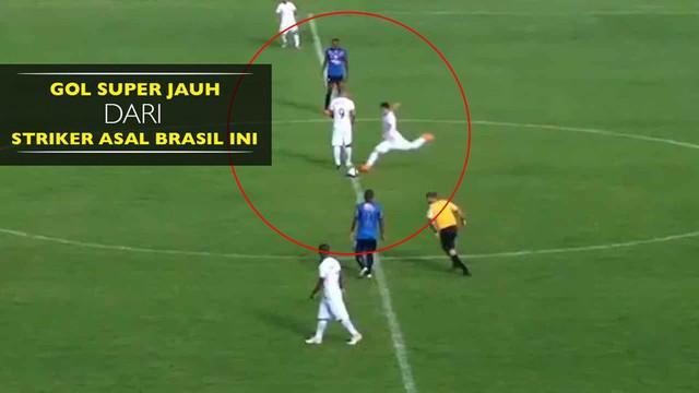 Striker 23 tahun tim Comercial FC, Mirrai Vieira mencetak gol langsung dari tengah lapangan.