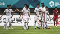 Para pemain Hongkong merayakan gol yang dicetak Cheng Hin Lung ke gawang Laos pada laga Grup A Asian Games XVIII di Stadion Patriot, Jawa Barat, Jumat (10/8/2018). (Bola.com/Vitalis Yogi Trisna)