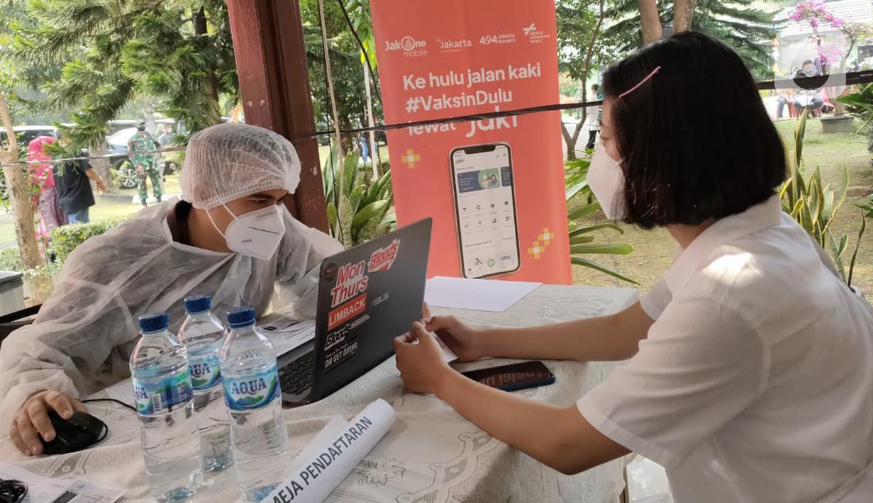 Warga mendaftar vaksinasi Covid-19 di vaksin keliling, Jakarta Timur, Minggu (31/07/2021). Pemprov DKI Jakarta, Bank DKI dan Jakarta Experience Board (JXB) berkolaborasi dalam program Mobil Vaksin Keliling dengan menyediakan 2 unit mobil, tenaga dan alat kesehatan. (Liputan6.com/HO/Helmi)