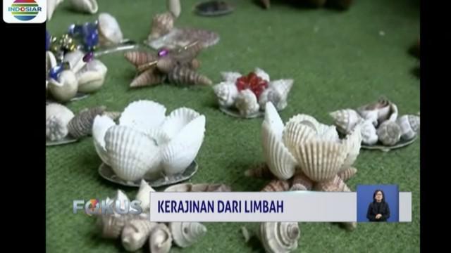 Aboy, warga Karawang, Jawa Barat mampu menyulap limbah kerang dan karung goni jadi kerajinan berseni tinggi.