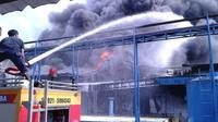 Kebakaran terjadi di gudang milik PT Indofood CBP Sukses Makmur Tbk. (foto: Pramita Tristiawati/Liputan6.com).
