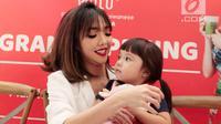 Momen keakraban selebritas Gisella Anastasia bersama sang anak Gempita Nora Marten dalam pembukaan stan produk minuman di Jakarta, Jumat (23/3). Gisel mengaku bahwa Gempi menyaingi ketenarannya sebagai pesohor hiburan. (Liputan6.com/Faizal Fanani)
