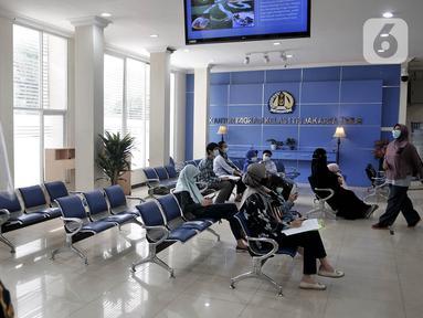 Aktivitas layanan keimigrasian di Kantor Imigrasi Kelas I TPI Jakarta Timur, Senin (15/6/2020). Direktorat Jenderal Imigrasi mulai kembali membuka layanan kantor imigrasi di seluruh Indonesia setelah memberlakukan pembatasan pelayanan sejak 24 Maret 2020 akibat Covid-19. (merdeka.com/Iqbal S Nugroho