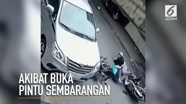 Sebuah video merekam adegan berbahaya saat pengendara mobil membuka pintu sembarangan yang berakibat kendaraan lain tabrakan.