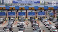 Sejumlah kendaraan antre di pintu tol Cibubur Utama, Jakarta, Rabu (6/9). PT Jasa Marga akan melakukan perubahan sistem transaksi jalan tol Jagorawi dari sistem terbuka dan tertutup menjadi sistem terbuka. (Liputan6.com/Helmi Fithriansyah)