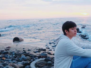 Pantai nampaknya menjadi destinasi wisata favorit aktor bernama lengkap Angga Aldi Yunanda. Begini gaya Angga saat menikmati senja di pantai. Hoodie dan jeans memang menjadi outfit santai andalan cowok kelahiran Lombok ini.(Liputan6.com/IG/@anggayunandareal16)