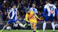 Gelandang Barcelona, Lionel Messi, melepaskan tendangan saat melawan Espanyol pada laga La Liga Spanyol di Stadion RCDE, Cornella de Llobregat, Sabtu  (4/1). Kedua klub bermain imbang 2-2. (AFP/Pau Barrena)
