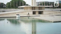 Warga beraktivitas di sekitar Taman Lapangan Banteng, Jakarta, Kamis (20/2/2020). Adanya revitalisasi kawasan Monas menyebabkan sebagian warga lebih memilih Lapangan Banteng sebagai tempat menghabiskan waktu untuk berolahraga serta berekreasi. (Liputan6.com/Immanuel Antonius)