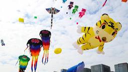 Orang-orang menerbangkan layang-layang dalam festival layang-layang di Xiamen, Provinsi Fujian, China tenggara (21/11/2020). Ratusan layang-layang diterbangkan peserta menghiasi langit wilayah China tenggara. (Xinhua/He Huan)