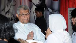 Ketua Umum Partai Bulan Bintang, MS Kaban (kiri), bersalaman dengan istri Alm Suhardi saat datang melayat di DPP Partai Gerindra, (29/8/2014). (Liputan6.com/Helmi Fithriansyah)