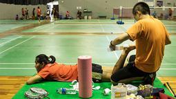 Nitya Krishinda Maheswari dipasangi perban pada kakinya sebelum berlatih jelang Kejuaraan Dunia BWF 2015 di Pelatnas Cipayung, Jakarta, Selasa (4/8/2015). (Bola.com/Vitalis Yogi Trisna)
