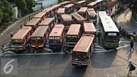 Aktivitas angkutan umum di Terminal Blok M, Jakarta Selatan, Kamis (15/10/2015). Dishub Transportasi DKI Jakarta menyatakan bahwa kendaraan umum di ibu kota yang layak jalan hanya sekitar 13 persen. (Liputan6.com/Immanuel Antonius)