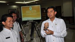 Yuddy Chrisnandi (kanan) saat bersiap-siap konferensi pers terkait 100 kinerja Kementerian PANRB, Jakarta, Selasa (27/1/2015). (Liputan6.com/Miftahul Hayat)