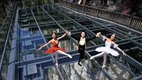 Tarian balet memang identik dengan tarian klasik yang indah, elegan dan berkelas yang disajikan dalam sebuah gedung dan teater megah.