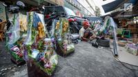 Penjual menyelesaikan pembuatan parcel sebelum dijual dikawasan Cikini, Jakarta, Sabtu (17/6). Penjual parcel mengaku jelang Lebaran permintaan parcel dari harga Rp 100 ribu hingga dua juta rupiah mulai mengalami peningkatan.(Liputan6.com/Faizal Fanani)